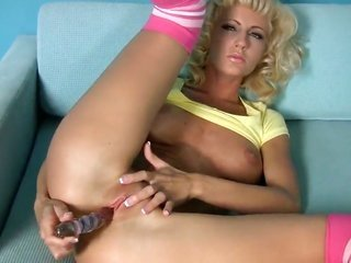 Cody have a fun kills time dildoing her bush on account of online cam