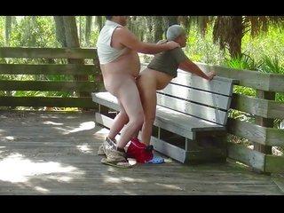 Gordo cepillandose a abuelo en el parque