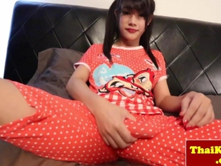 Transvestit ladyboy once in a lifetime plays with dildo